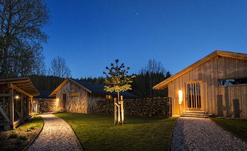 Das gepflegte und ansprechend gestaltete Feriendorf Forstgut verfügt über exklusive Chalets mitten im Bayerischen Wald