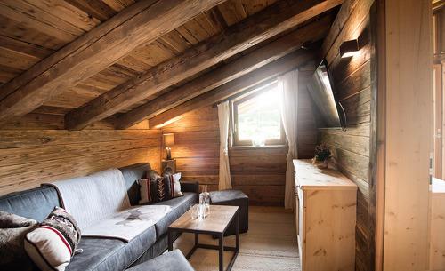 Der kuschelige Wohnbereich sorgt für ein gemütliches Ambiente im Gletscher Chalet in den Tiroler Bergen