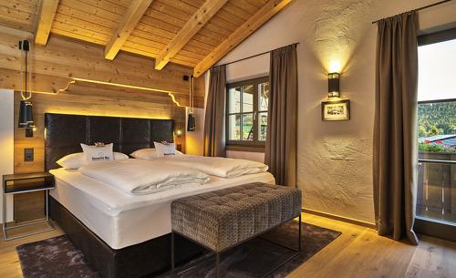 Die modernen Schlafzimmer verfügen über einen direkten Zugang zum Balkon- Chaleturlaub in Bayern