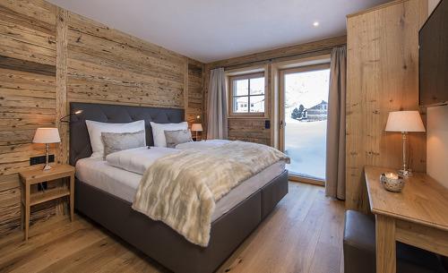 Schlafbereich mit edler Einrichtung aus Naturmaterialien - Ihr Holz-Chalet am Arlberg