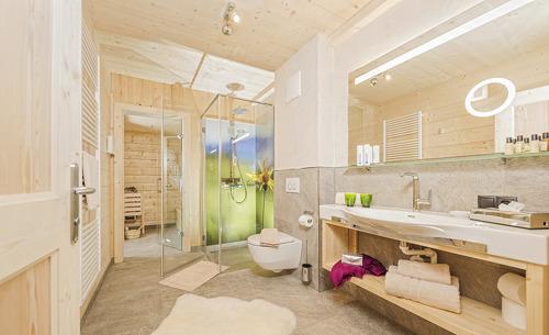 Großzügiges, modernes Badezimmer in einer der rosuites auf Lichteben in Tirol