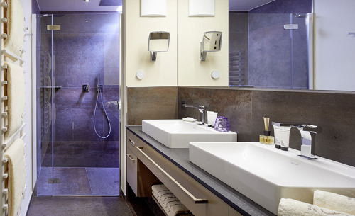 Die luxuriösen Badezimmer in den Chalets Salena lassen keien Wünsche offen