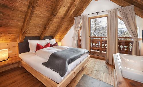 Komfort mit Ausblick- der Schlafbereich des Luxuschalets Almidylle Piredt