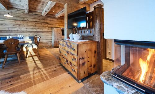 Wohnbereich mit offenem Kamin - Romantikurlaub in Salzburg