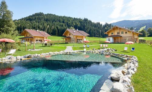Im Sommer steht Ihnen im Chaletdorf Lehenriedl ein großer Badeteich zum Schwimmen zur Verfügung