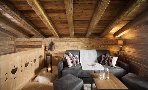 Wohnzimmer mit Kuschelecke im Gletscher Chalet in Tirol- der ideale Ort für Ihren Romantikurlaub