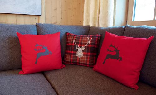 Den Tag gemütlich auf den weichen Sofas der Wallegg Lodge in Hinterglemm in Salzburg ausklingen lassen