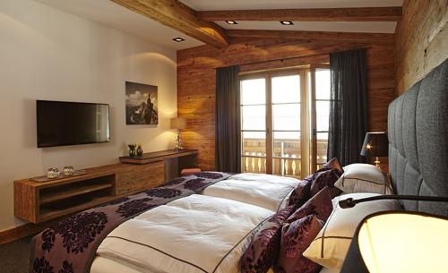Chalet-Schlafzimmer mit Blick auf die Berge