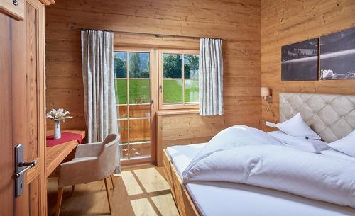 Es erwartet Sie ein modernes Schlafzimmer mit Blick ins Grüne- Sommerurlaub in Salzburg