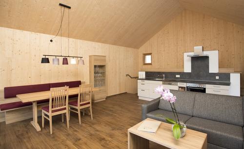 Die großräumige Küche und der Esstisch laden zu geselligen Runden ein
