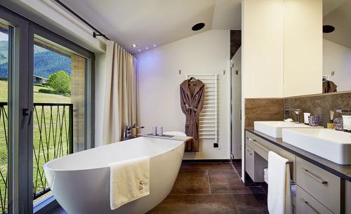 Die Badezimmer des Chalets Salena in Südtirol glänzen mit luxuriösen Design