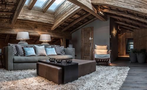 Gemütliche Sessel und Couchen in der Galerie des Chalets laden zum Relaxen und Träumen ein- Erholungsurlaub der Extraklasse im Salzburger Land