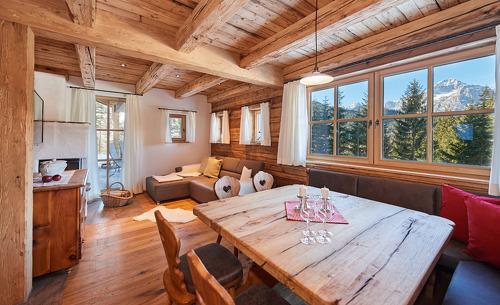 Urig trifft modern- der Wohnbereich des Almidylle Chalets im Tennengebirge