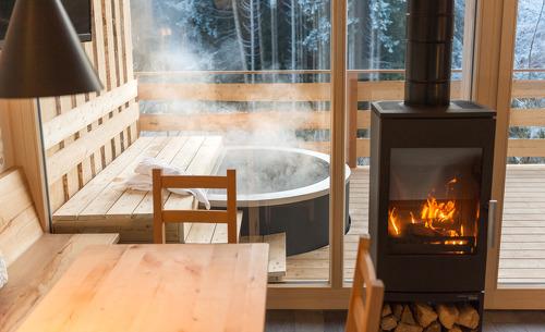Das romantische Feriendorf Forstgut besticht durch seine individuellen Chalets mit eigener Terrasse und privatem Whirlpool