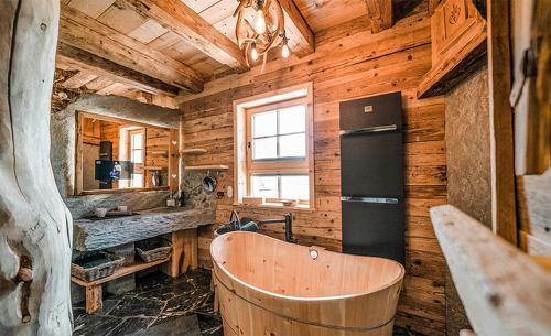 Luxuriös ausgestattetes Badezimmer mit uriger Austattung in den Chalets Moll