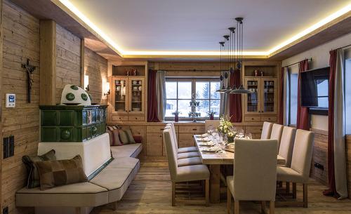 An der edlen Tafel im Essbereich finden bis zu 10 Personen Platz- Genussurlaub im Skigebiet in Salzburg