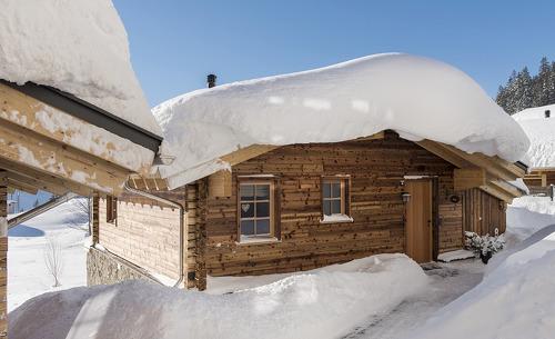 Das Chaletdorf Aadla Walser liegt direkt an der Talabfahrt von Österreichs größtem Skigebiet