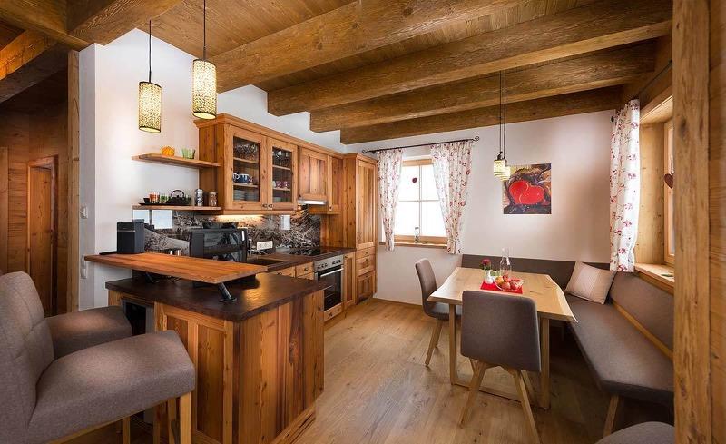 Chaleturlaub in Wagrain-Der Koch- und Essbereich verfügt eine Küche, Sitzecke und Bar