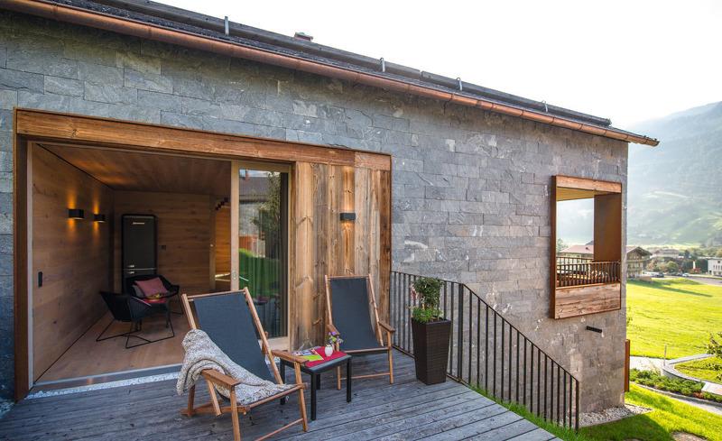 Genießen Sie einen Sommerabend auf der privaten Terrasse des Chalets Smaragdjuwel
