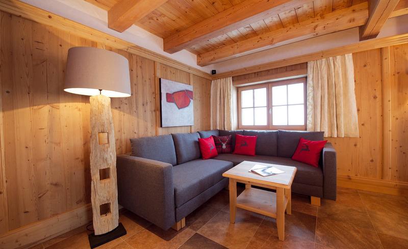 Gemütliche Lounge mit Panoramablick in der Wallegg Lodge in Salzburg