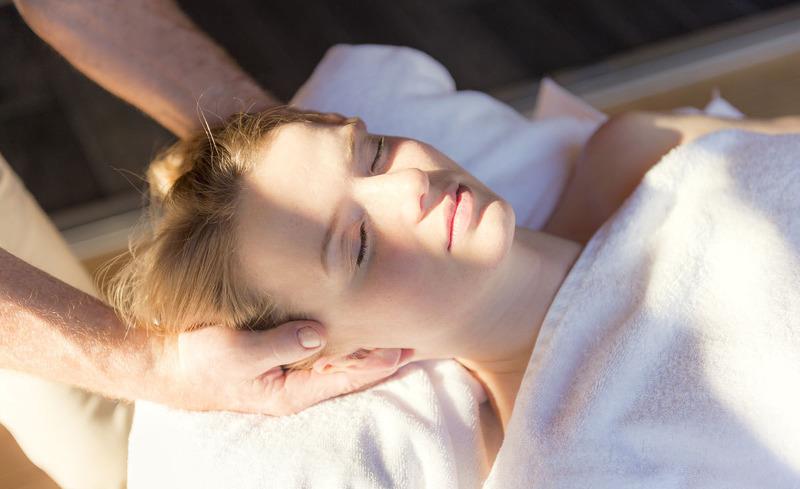 Sommerurlaub im Bayerischen Wald: Genießen Sie eine wohltuende Massage auf der Terrasse Ihres Chalets.