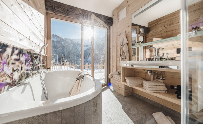 In den rosuites erwartet Sie ein Badezimmer mit Ausblick auf die Tiroler Bergwelt
