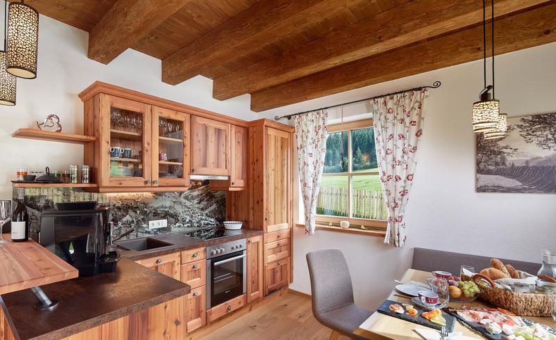 Die top-ausgestattete Altholzküche lädt ein zum Kochen und Verweilen- Lehenriedl Chalets, Wagrain