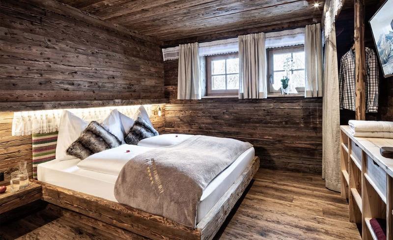 Schlafzimmer in den Prechtlgut Chalets in Wagrain in Österreich