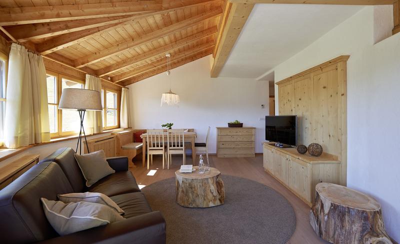 Liebevoll eingerichteter Wohnbereich im Chalet Grumer für Ihren Chaleturlaub in Südtirol
