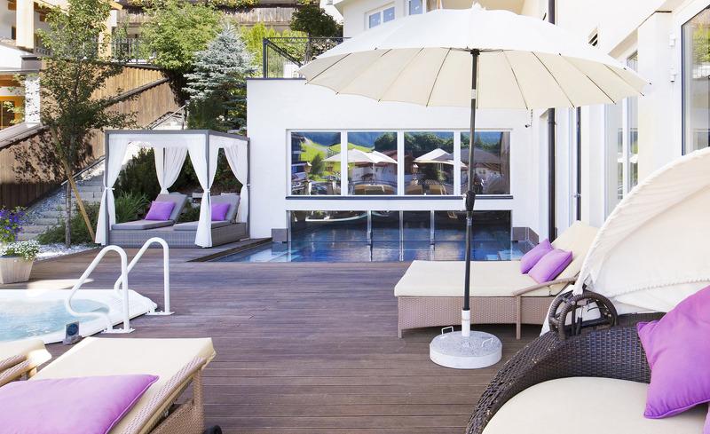 Relaxen Sie auf der modernen Terrasse im Hotel Alpen-Herz