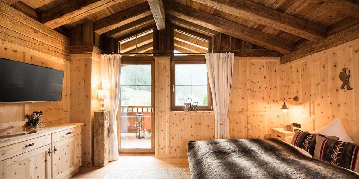 Ein großzügiges Naturschlafzimmer aus Zirbenholz erwartet Sie im Gletscher Chalet im Stubaital