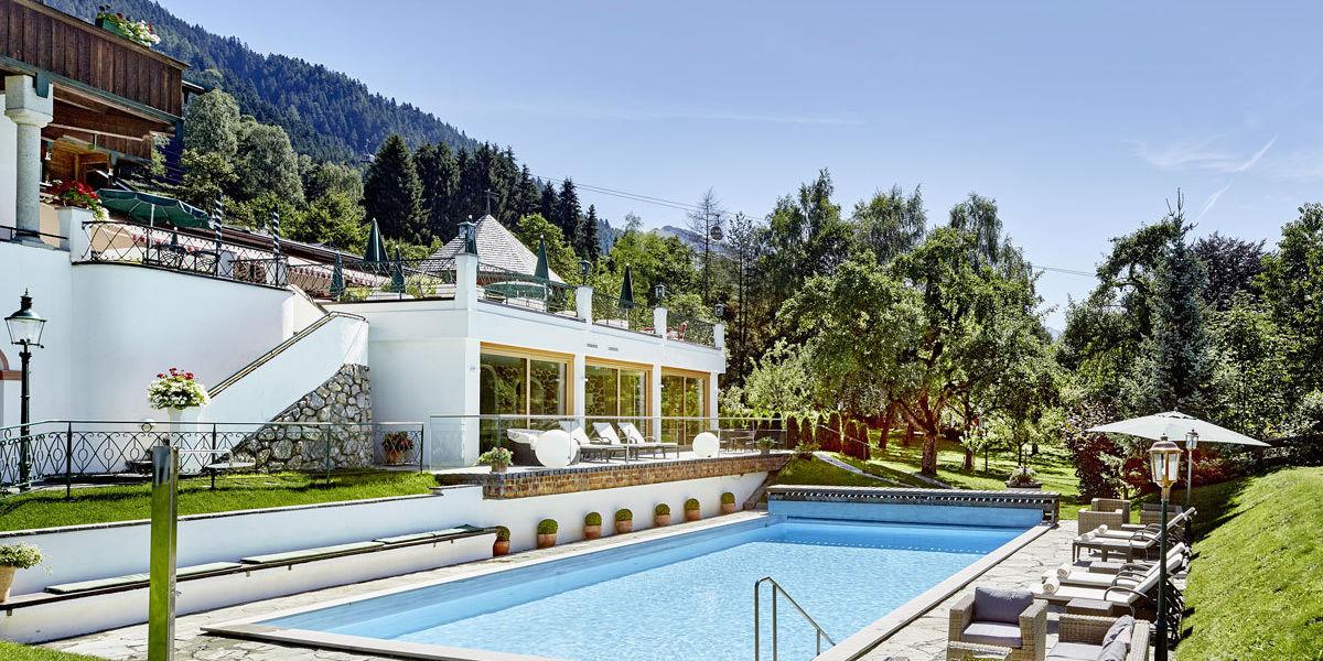 Entspannen Sie sich im Außenbecken des Tennerhofes mit Auslick auf die Tiroler Bergwelt